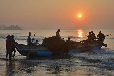 Рыбаки 3 рыбаки лодка Шри-Ланка