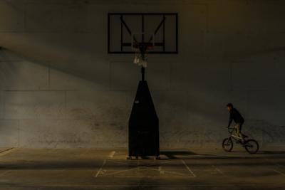 Движение не вверх Санкт-Петербург велосипед тени помещение