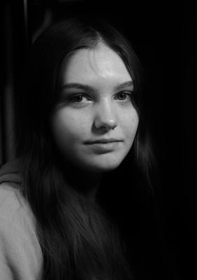 15.07.21. Портрет ( В кафе ). девушка юность портрет фотография чёрно белая в кафе