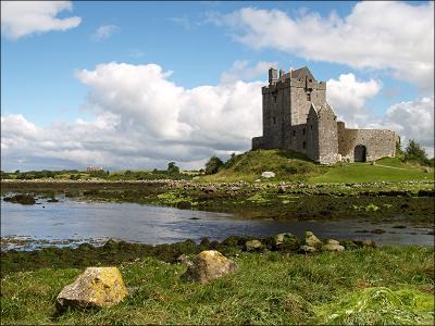 Замок Дунгаир (Dungaire Castle) средневековый замок вода отлив камень два Dungaire Castle