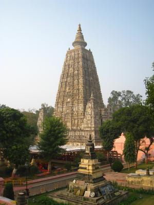 Буддийский храм Махабодхи в городе Бодх-Гая в штате Бихар. Индия вулкан кратер горы скалы дворец