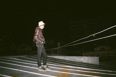 В шляпе на крыше. крыша вспышка пленка film друг Екатеринбург