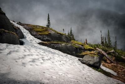 Снежник на озере Лазурном природа пейзаж горы камни снег тает скалы холодный высокий большой ергаки саяны сибирь красноярский край туман облако непогода
