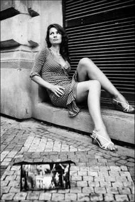 berlin woman bricks bag door bw женщина сумка кирпичи дверь чб