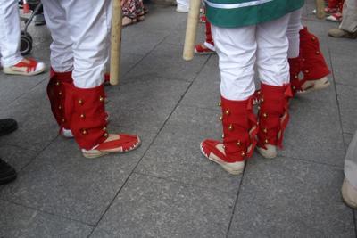 ***бубенчики ноги бубенчики каталуния город путешествия испания люди праздник