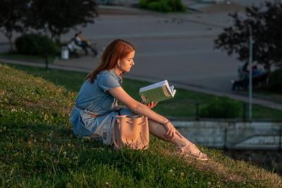 Девушка с книгой.