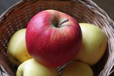 *** натюрморт, яблоко