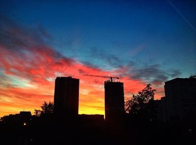 закат закат дома город солнце небо стройка улица темнота
