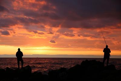 *** море закат рыбак волны облака солнце