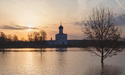 В рассветном золоте Владимирская область Нерль разлив Церковь Покрова река рассвет
