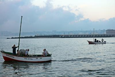 """Одесса шпилит на катрана..."" одесса рыбалка катран лодки утро осень"