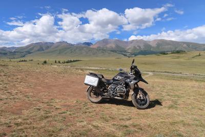 Пейзаж с мотоциклом Алтай горы небо мотоцикл