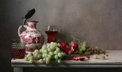 С гранатом и виноградом вино виноград кувшин лесное стекло гранат