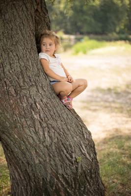 В гнездышке девочка ребенок дерево