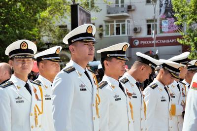 Гости на празднике. Гости моряки китайцы