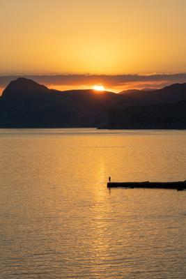 Человек и солнце Закат Крым Солнце