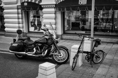 Первое свидание чб черно-белое стрит москва гум мотоцикл велосипед встреча свидание любовь мото