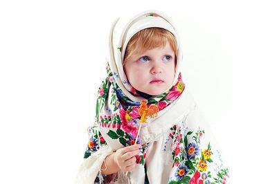 Леюшка студия, белый фон, ребенок, девочка, платок, петушок, карамелька