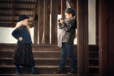 Юный фотограф дети ретро фотограф девочка мальчик фотоаппарат