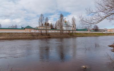 Боровичи. Вид на Свято-Духов монастырь и реку Мста.