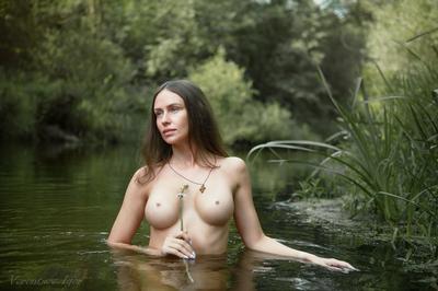 *** девушка ню грудь обнажённая красивая голая река природа
