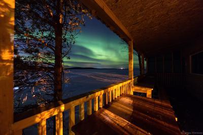 Изумрудный вечер на даче полярное северное сияние ночь домик озеро