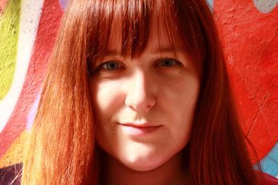 *** портрет девушка красивая лицо губы глаза взгляд рыжая фон арт стритарт граффити белый красный зелёный голубой индустар красота свет тень