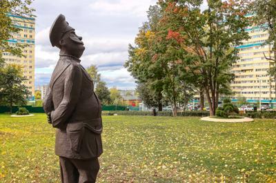 Вятский городовой Киров сквер в городе осень скульптура Вятский городовой