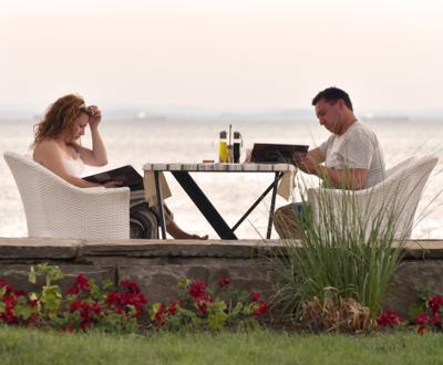 ...и, ужин на закате предвкушая, неспешно ознакомиться с меню... вечер ужин море Болгария Поморье закат двое