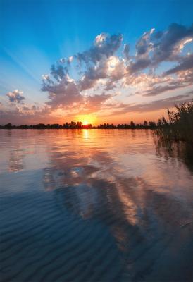 закат над озером озеро голубое Днепр Украина закат облака отражение песок камыши вода лучи
