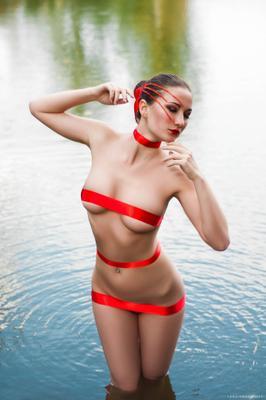 Алое искушение девушка тело вода портрет красный ленты алый