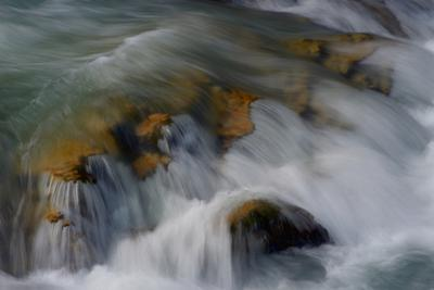 Горный поток река вода поток