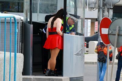 Штрафница люди лица город прохожие стрит девушки