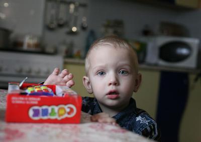 Ребёнок крестник портрет подарок в гостях вырос блондин голубые глаза фото кухня дневное освещение