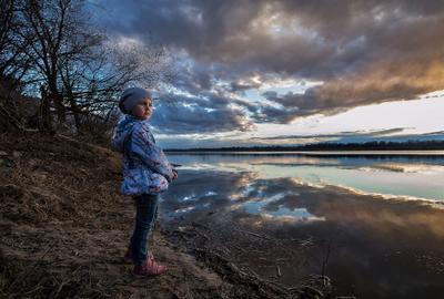 Мысли о будущем закат река девочка взгляд