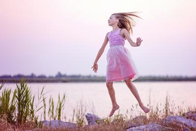 в полете полет ребенок девочка прыжок закат озеро сказка