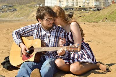 На берегу любовь влюблённые гитара лето берег песок солнечно
