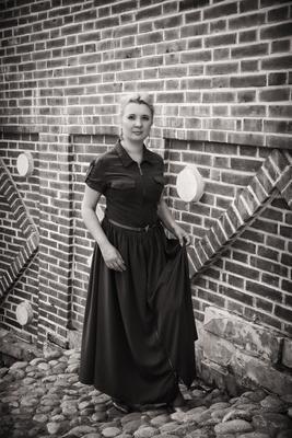 Черно-белое черно-белое портрет девушка платье лестница