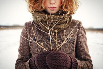 *** двушка, стерня, рыжые волосы, сухая трава, перчатки, варешки, пальто, веснушки
