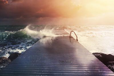 Волны на пирсе. Кипр.