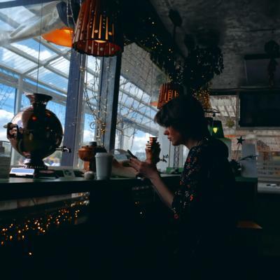 Чаепитие незнакомки Девушка чай самовар пленка женщина папарацци стрит