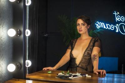 Mirrow зеркало отражение будуар гламур неон студийная съёмка пеньюар грудь девушка татуировка красивая