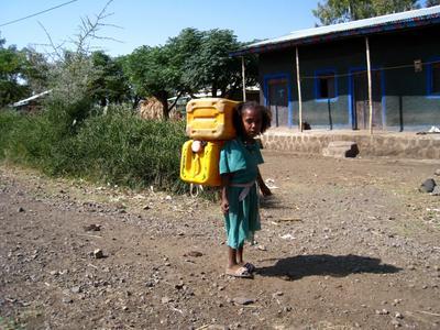 Тяжелая детская доля. Эфиопия храм церковь каньон девочка