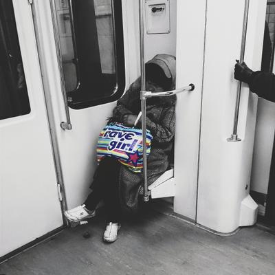 Смерть на рейве метро жанр