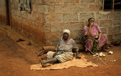 *** полуденный отдых *** женщины Африка село хлебный фрукт старость бедность жизнь
