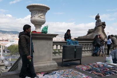 Продавцы сувениров и палок для селфи в Барселоне Мигранты продавцы Барселона