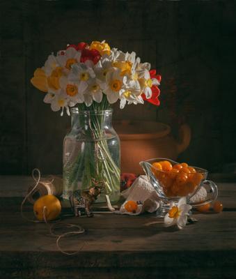 С черри натюрморт нарциссы тюльпаны черри кухня весна