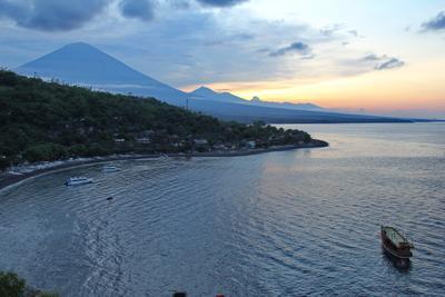 Бухта Амед на фоне вулкана Агунг, Бали Амед Агунг Бали