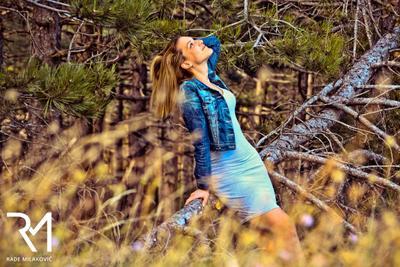 Счастливая девушка модель лес лето счастье джинсы
