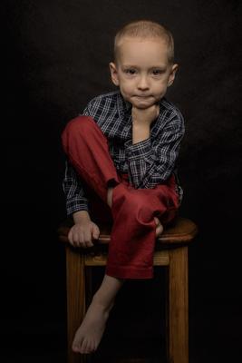 Мудрец! Мальчик стул домашняя студия портрет вспышка